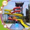 大人によって使用される水スライドの託児所の運動場装置