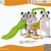 Les enfants à l'intérieur Panda en plastique de pivotement et de la diapositive
