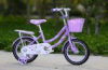 자전거 또는 귀여운 아이들 자전거 또는 아기 자전거가 안전에 의하여 농담을 한다