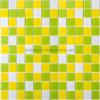 多彩な黄色緑のプールのクリスタルグラスのモザイク
