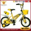 Bicicletas de criança com chaleira e a Cesta