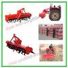 El tractor agrícola ejecuta la granja Rotavator
