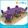 As crianças presidem e mesa para o jogo da cadeira de tabela do miúdo da mesa da escola da mobília do miúdo