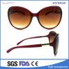 O desenhador de moda marca óculos de sol com a forma polarizada