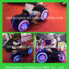 Kind-Erwachsener reitet Kiddie-Fahrprinzen Moto mit bunten Lichtern