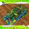 Equipamento interno do campo de jogos das crianças com o túnel de escalada longo