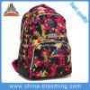中学校学生のブックバッグのファスナーを絞めるラップトップのバックパック