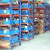 Scaffalatura del magazzino con le mensole d'acciaio