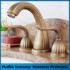 Le laiton antique a terminé le paquet a monté le robinet répandu de bassin de salle de bains de trois traitements de trous doubles
