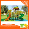 O plástico ao ar livre do campo de jogos do lugar das crianças desliza para miúdos