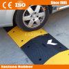 黄色い駐車道のこぶのゴム製矢の速度のこぶ