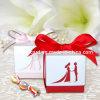 Il colore rosso lascia il contenitore di caramella di cerimonia nuziale dello sposo e della sposa