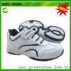 Zapatos de los niños blancos de la escuela
