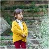 方法女の子のコートに着せている黄色い冬の子供