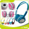 Auscultadores colorido azul das crianças para a música