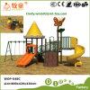 Im Freienspielplatz-Schwingen schiebt für Kinder