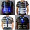 Les hommes allument la ceinture de bretelles rougeoyante de LED pour la sûreté la nuit