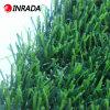يرتّب عشب اصطناعيّة لأنّ فناء خلفيّ