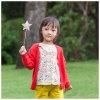 ばねまたは秋のPhoebeeの赤いウールの女の子によって編まれるカーディガン
