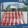 電流を通された旧式な波形の赤い金属の屋根ふきシート