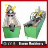 Trilha de aço da quilha e rolo claros do parafuso prisioneiro que dá forma à máquina