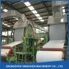 La mano un pañuelo de papel que hace la máquina por el reciclaje de residuos de papel
