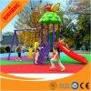 子供は遊園地のプラスチック運動場のスライドを使用した