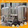 La fabbrica di birra ha bisogno delle attrezzature e degli aiutanti