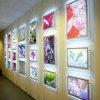 Étalage acrylique lumineux fixé au mur de cadres de tableau