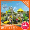 Cour de jeu extérieure de matériel en plastique d'enfants en stationnement