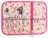El cosmético profesional del cepillo organiza el bolso con la cremallera