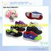 Deux chaussures supérieures de sport d'enfants de maille de couleur