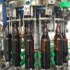 Botella de cristal llenado de la cerveza de la máquina