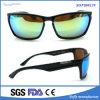 La protección de los hombres reflejó las gafas de sol polarizadas manera con los detalles del metal