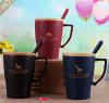 カバーが付いている木のふたおよびスプーンの陶磁器のコーヒー・マグが付いている陶磁器のマグ
