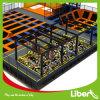 No interior da fábrica profissional trampolim Plaza com guerreiros ninja de golfe