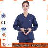 Os cuidados da forma esfregam o hospital que médico uniforme esfrega com bolso