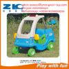 El coche plástico de Samll para los cabritos
