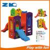 Patio interior y exterior con niños diapositiva