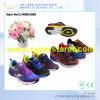 動作するスポーツの靴はエヴァの人の靴をひもで締める