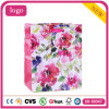 ピンクの花模様の着色された着る靴のギフトの紙袋