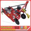 Het landbouwbedrijf voert de Maaimachine van de Aardappel voor de Graver van de Tractor uit Lovol
