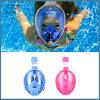 Presa d'aria navigante usando una presa d'aria sicura di nuoto di immersione con bombole della maschera di protezione piena dei capretti