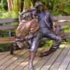 ベンチの彫刻の骨董品の鋳造物の青銅色の着席の人