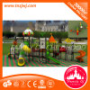 Preschool utilisé l'équipement de terrain de jeux de plein air