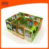 Mich bauen Kind-Kugel-Pool-Spielplatz mit Plastikplättchen zusammen