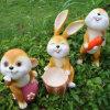 Da simulação pastoral da resina dos ornamento do jardim o indicador vívido da escultura do jardim do coelho Crafts a decoração do animal dos desenhos animados do jardim de infância