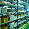粉の上塗を施してある倉庫の金属の棚