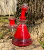 A tubulação de água de fumo popular da cor vermelha com brilha a base da cor