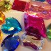 A jóia acrílica da pedra do diamante da parte traseira lisa perla os grânulos de cristal